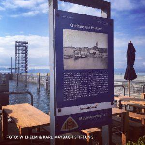 Das Schild einer Station auf dem Maybach-Weg in Friedrichshafen am Bodensee